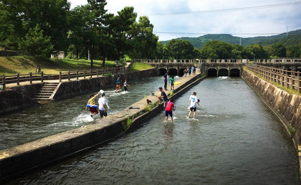 水遊び(岡山県倉敷市酒津)